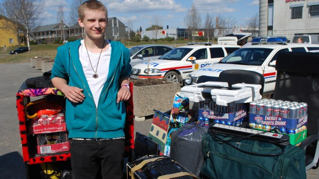 Frode Andreas Brostigen (17) har fått hjelp av mamma og pappa til å få med seg alle tingene sine til Vikingskipet. (Foto: Silje Strømmen, NRK P3)