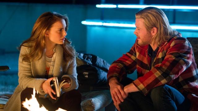 Natalie Portman og Chris Hemsworth i Thor (Foto: United International Pictures).
