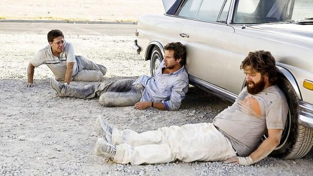 Tre slitne karer på førsteplass i vår Topp 5: Fyllekuler på film. (Foto: Warnes Bros Pictures)