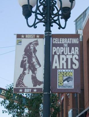 En av Comic-Cons ambassadører i gatene: Noisy Boy. (Foto: NRK)