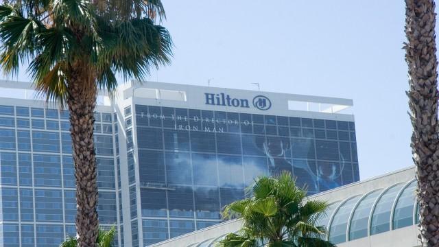 En stakkars fyr har i oppgave å dekke halve Hilton med Cowboys & Aliens. (Foto: NRK)