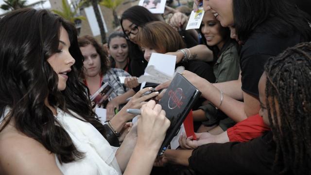 Ashley Greene fra Twilight signerer autografer. Comic-Con 2011. (AP Photo/Dan Steinberg)