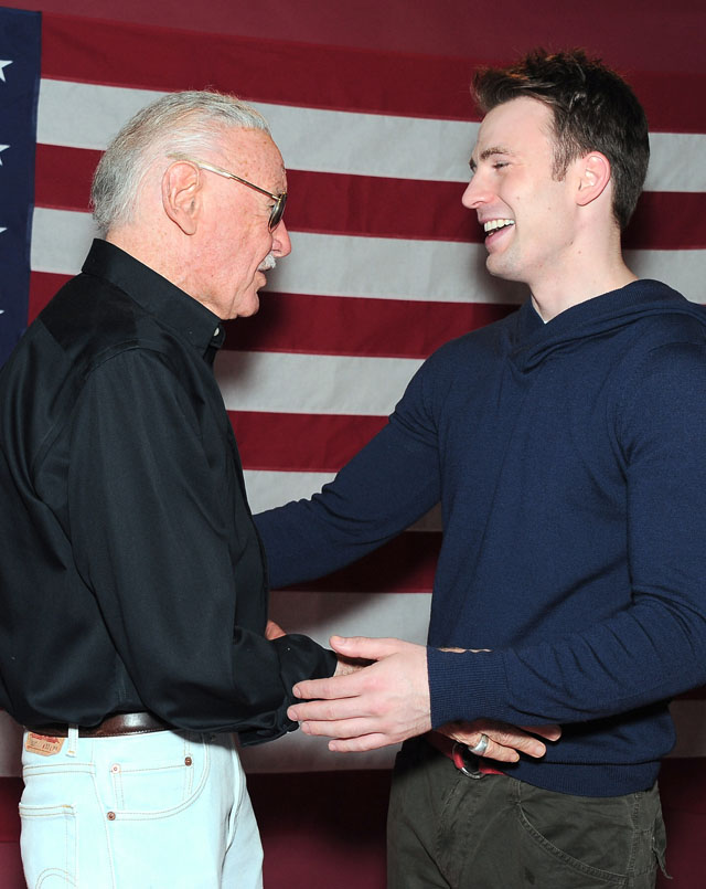 Stan Lee møter Captain America-skuespiller Chris Evans på Comic-Con 2011. (Katy Winn/AP Images for PEI Entertainment)