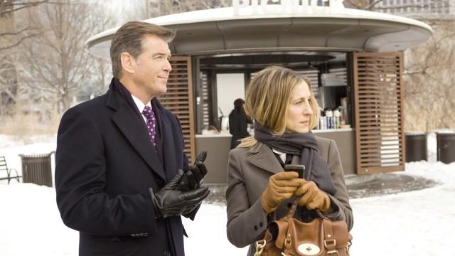 Pierce Brosnan og Sarah Jessica Parker i Jeg fatter ikke hvordan hun får det til (Foto: Star Media Entertainment).