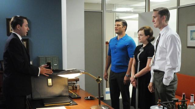 Vincent Kartheiser, Jay R. Ferguson, Elisabeth Moss og Aaron Stanton i Mad Men sesong 5 (Foto: AMC).