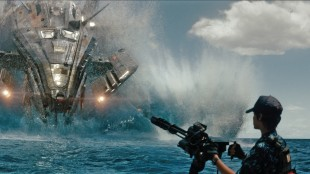 Rihanna mot røkla i Battleship (Foto: United International Pictures).