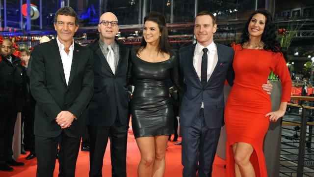 Skuespillere og regissør Steven Soderbergh (nummer to fra venstre) viser seg frem på den rødeløperen under filmens verdenspremiere på Filmfestivalen i Berlin i februar 2012. (Foto: Reuters/Morris Mac Matzen)