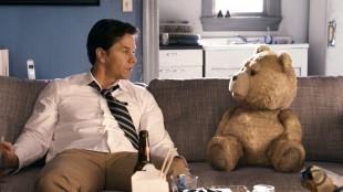 Mark Wahlberg og teddybjørnen Ted i Ted (Foto: United International Pictures).