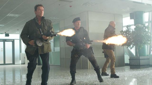 Arnold, Sly og Bruce fyrer løs i The Expendables 2 (Foto: Norsk Filmdistribusjon AS).