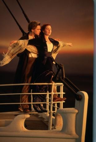 Det ikoniske bildet av Jack og Rose i baugen på Titanic (Foto: SF Norge AS).