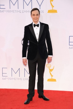 Jim Parsons aka Sheldon Cooper i en stilig smoking med fløyelsjakke på Emmy-utdelingen i 2013. (Foto: ROBYN BECK/NTB SCANPIX).