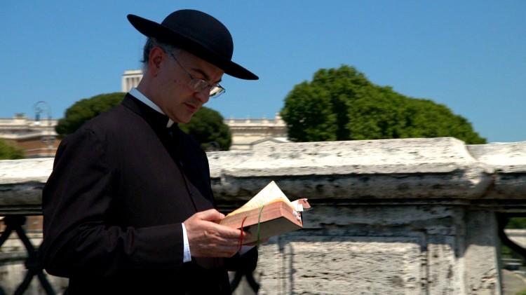 Josè Antonio Fortea leser bibelen i Eksorsisten i det 21. århundre (Foto: Gammaglimt).