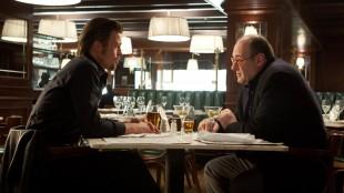 Brad Pitt og James Gandolfini i Killing Them Softly (Foto: Norsk Filmdistribusjon).