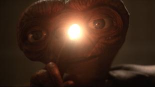 E.T. viser finger'n i E.T. The Extra Terrestrial (Foto: Universal Pictures).