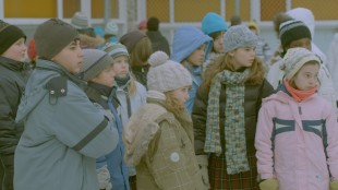 Klassen sørger over sin forrige klasseforstander i Den gode læreren (Foto: Europafilm AS).