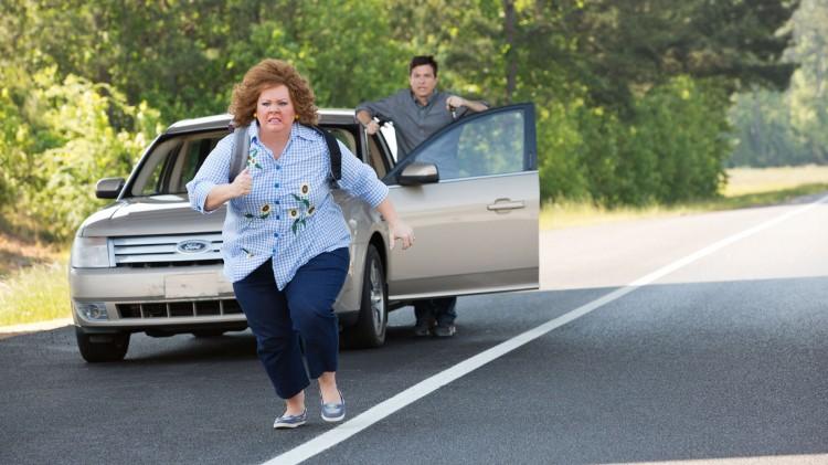 Melissa McCarthy løper fra Jason Bateman i Identity Thief (Foto: United International Pictures).
