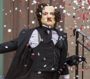 Manusforfatter Kevin Williamson laga «Skrik». Han har ikkje lagt vekk sin forkjærleik for rare masker. (Foto: Sarah Schatz/FOX)