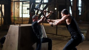 Sylvester Stallone og Jason Momoa braker sammen i Bullet to the Head (Foto: Nordisk Film Distribusjon AS).