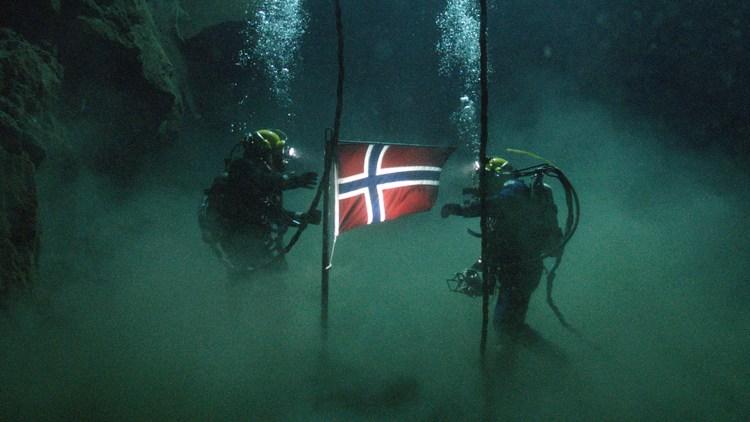 Flagget plantes på havets bunn i Erik Skjoldbjærgs Pionér (Foto: Friland).