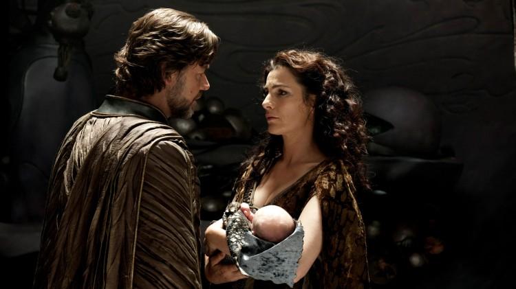 Russel Crowe og Ayelet Zurer som Kal-Els foreldre i Man of Steel (Foto: SF Norge AS).