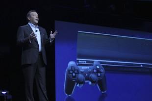 Jack Tretton, presidenten for amerikanske Sony, viste fram Playstation 4 på E3 2013. (Foto: REUTERS/David McNew)