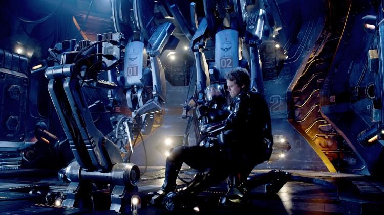 Raleigh Becket (Charlie Hunnam) må hjelpe Mako Mori (Rinko Kikuchi) i Pacific Rim (Foto: SF Norge AS).