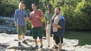 David Spade, Adam Sandler, Chris Rock og Kevins James spiller barndomskompiser i Grown Ups 2 (Foto: United International Pictures).