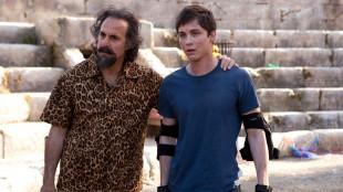 Stanley Tucci og Logan Lerman i Percy Jackson: Monsterhavet (Foto:  20th Century Fox).