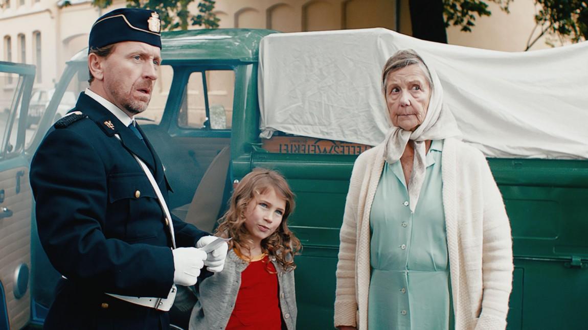 Mona og mormor får hjelp av politiet for å fakke tyven i Mormor og de åtte ungene. (Foto: Paradox Produksjon AS).