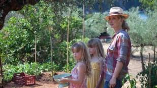 Celine (Julie Delpy) med sine tvillingdøtre i Før midnatt (Foto: Norsk Filmdistribusjon).