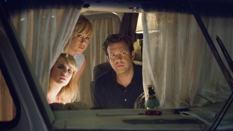 Det blir farligere enn ønsket for Emma Roberts, Jennifer Aniston og Jason Sudeikis i We're the Millers (Foto: Warner Bros. Pictures/ SF Norge AS).