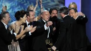 Gjengen i «Breaking Bad» kunne endelig slippe jubelen løs da de tok i mot Emmy-prisen for beste dramaserie under årets Emmy-utdeling. (Foto:  Chris Pizzello/Invision/AP)