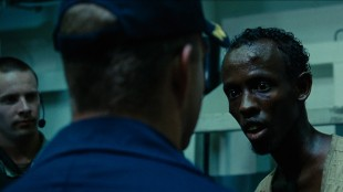 Barkhad Abdi (t.h.) spiller desperat kaprer i Captain Phillips (Foto: United International Pictures).