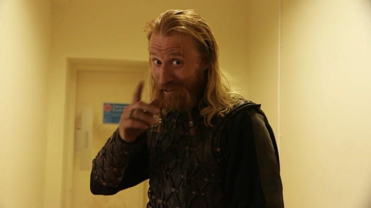 Thorbjørn Harr på Vikings-settet. (Foto: NRK).
