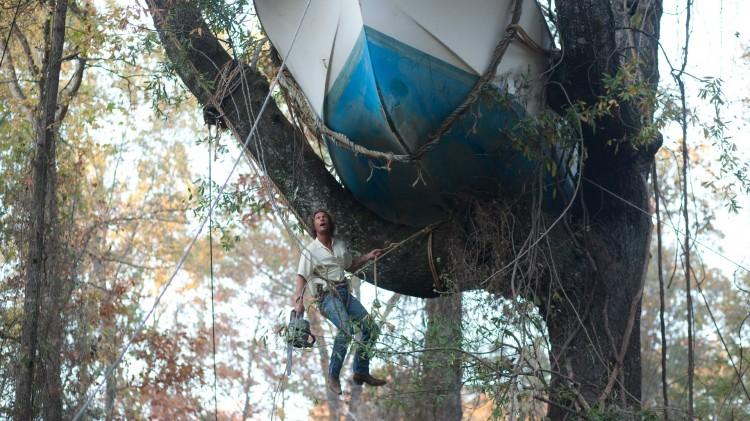 Mud (Matthew McConaughey) må reparere flomskadet båt (Foto: Scanbox).