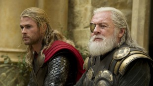 Chris Hemsworth som Thor og Anthony Hopkins som Odin i Marvel-filmen Thor: The Dark World (Foto: The Walt Disney Company Nordic).