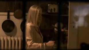 Noen spionerer på Aubrey (Barbara Crampton) i You're Next (Foto: Scanbox).