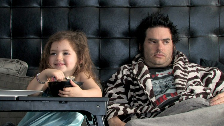 "Fat Mike fra NOFX under en frokoststund i senga sammen med dattera i ""The Other F Word"" (Foto: Oscilloscope Laboratories)"