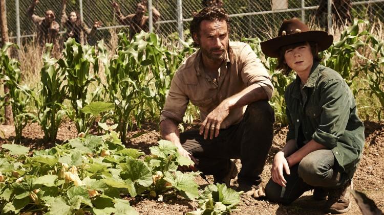 Rick ønsker å gi sønnen Carl barndommen tilbake i fjerde sesong av The Walking Dead. (Foto: AMC, FOX Norge).
