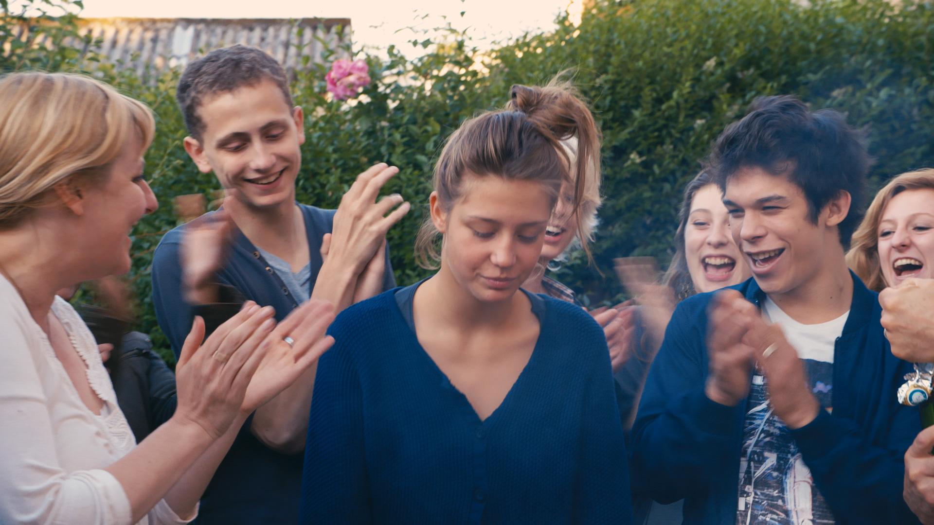 c934b606 Adèle Exarchopoulos (Adele) omkranset av medelever i Blå er den varmeste  fargen (Foto: Arthaus).