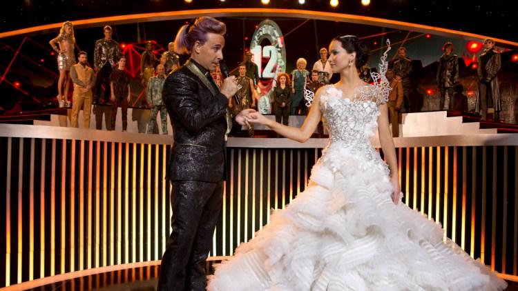 Stanley Tucci (Caesar Flickerman) og Jennifer Lawrence (Katniss) i The Hunger Games: Catching Fire (Foto: Lionsgate).