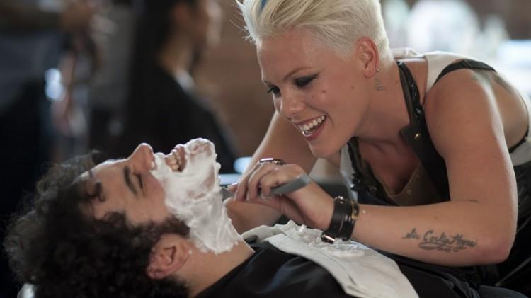 """Alecia """"Pink"""" Moore gir Josh Gad en tett barbering i Thanks For Sharing (Foto: Scanbox)."""