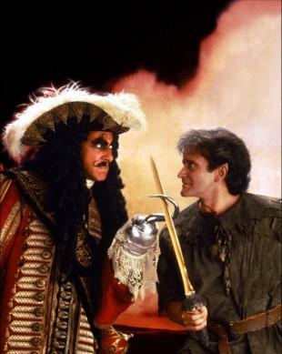 I «Hook» fra 1991 spilte Dustin Hoffman rollen som Kaptein Krok, mens ingen ringere enn Robin Williams var en litt mer voksen utgave av Peter Pan. (Foto: Tristar Pictures)