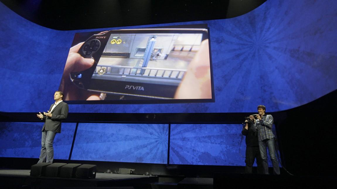 Gaikai-sjefen David Perry viste frem Sonys planer for strømming av spill mellom Playstation 4-, Playstation 3- og Playstation Vita-konsollene under en pressekonferanse i februar i år.  (AP Photo/Frank Franklin II)