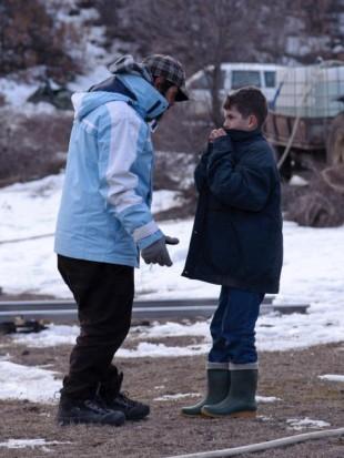 Regissør Izer Aliu instruerer hovedrolleinnehaver Bessim utenfor den albanske byen Radusha. (Foto: Gjorgji Klincarov / http://toguardamountain.tumblr.com).