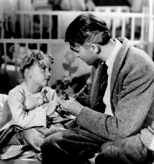 Karolyn Grimes og James Stewart i It's a Wonderful Life. (Foto: Paramount Home Entertainment).