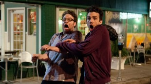 Seth Rogen og Jay Baruchel ser noe fryktelig skummelt i This Is The End (Foto: United International Pictures).