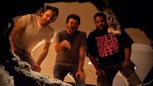 James Franco, Danny McBride og Craig Robinson ser ned på noen i This Is The End (Foto: United International Pictures).