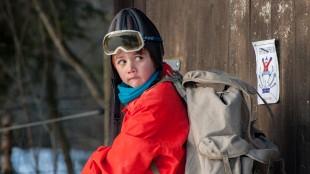 Karsten (Elias Søvold-Simonsen) skal gjøre noe litt farlig i Karsten og Petra på vinterferie (Foto: Cinenord Kidstory/SF Norge).