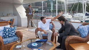 Leonardo DiCaprio og Kyle Chandler i The Wolf on Wall Street (Foto: UIP).
